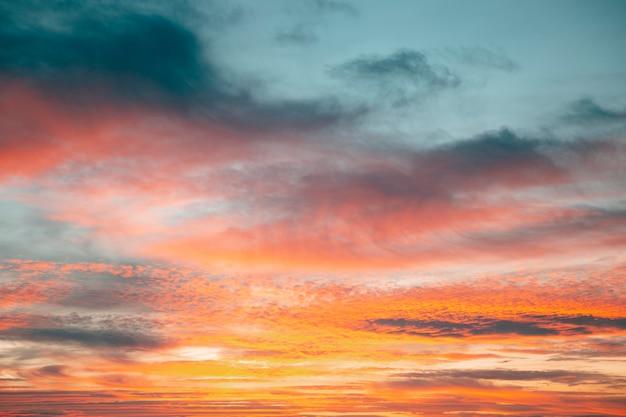 Inspirujący widok światła zachodzącego słońca