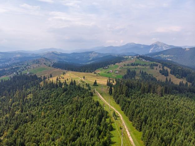 Inspirujący widok z lotu ptaka na drodze w górach.
