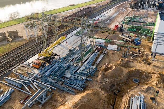 Instalacja nowej hali produkcyjnej w zakładzie obróbki drewna.
