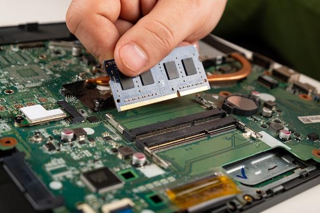 Instalacja pamięci ram w laptopie, naprawa laptopa.
