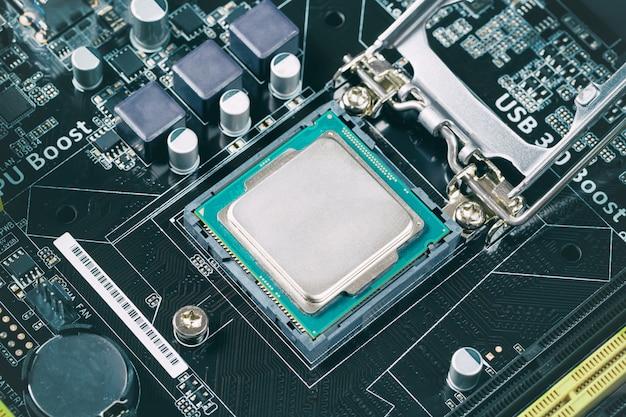 Instalacja procesora z bliska na płycie głównej