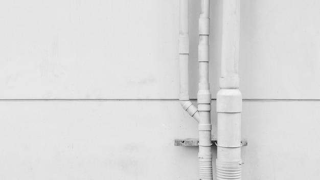 Instalacja rurociągów wodnych z betonową ścianą