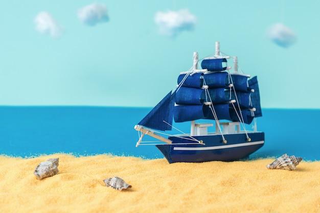 Instalacja żaglówki wypływającej na piaszczysty brzeg. pojęcie podróży i przygody.