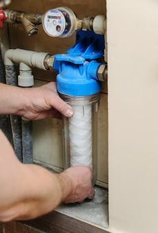 Instalowanie filtra wody w kanalizacji.