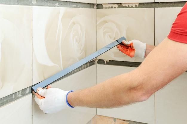 Instalowanie fryzu na ścianie.
