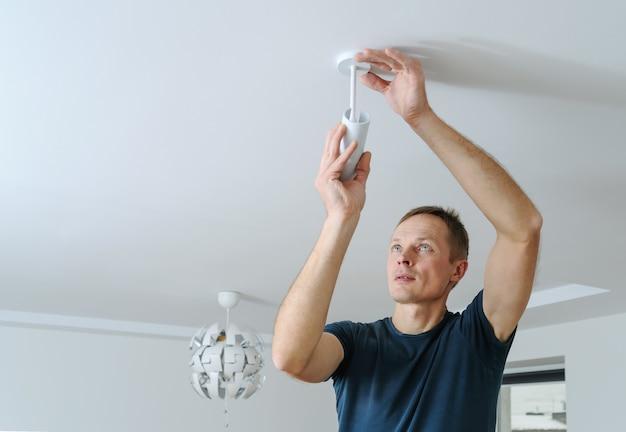 Instalowanie lampy w domu