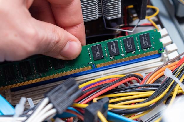 Instalowanie pamięci ddr dimm, montaż komputera osobistego w serwisie, aktualizacja ręczna.