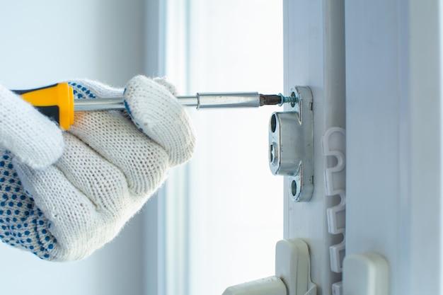 Instalowanie zabezpieczenia przed dziećmi w oknie