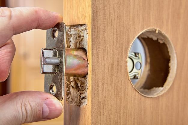 Instalowanie zespołu płytki zatrzasku drzwi w rowku.