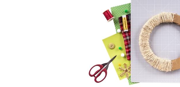 Instrukcja dla majsterkowiczów. wykonanie świątecznego wieńca z filcu. narzędzia i materiały rzemieślnicze. baner z miejscem na tekst.