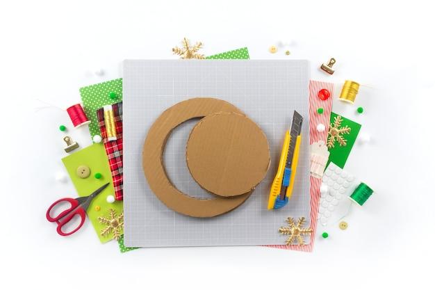 Instrukcja dla majsterkowiczów. wykonanie świątecznego wieńca z filcu. narzędzia i materiały rzemieślnicze. krok 1.