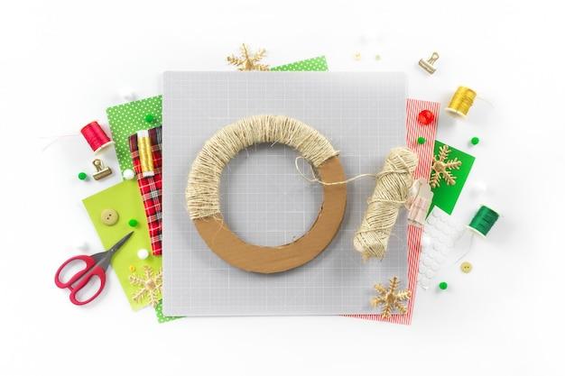 Instrukcja dla majsterkowiczów. wykonanie świątecznego wieńca z filcu. narzędzia i materiały rzemieślnicze. krok 2.