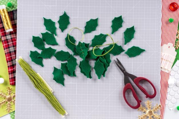 Instrukcja dla majsterkowiczów. wykonanie świątecznego wieńca z filcu. narzędzia i materiały rzemieślnicze. krok 4.