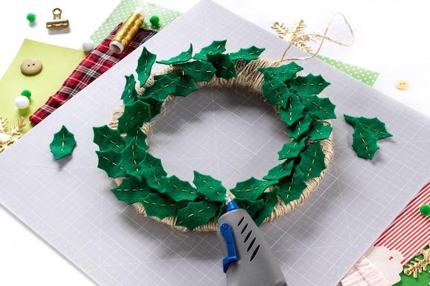Instrukcja dla majsterkowiczów. wykonanie świątecznego wieńca z filcu. narzędzia i materiały rzemieślnicze. krok 5.