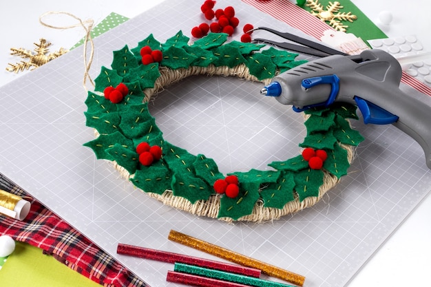 Instrukcja dla majsterkowiczów. wykonanie świątecznego wieńca z filcu. narzędzia i materiały rzemieślnicze. krok 6.