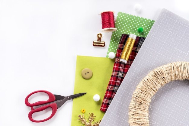 Instrukcja dla majsterkowiczów. wykonanie świątecznego wieńca z filcu. narzędzia i materiały rzemieślnicze.