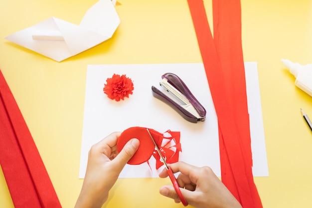 Instrukcje dla majsterkowiczów. jak zrobić kartę z goździków i gołębicy origami