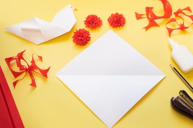 Instrukcje dla majsterkowiczów. jak zrobić kartę z kwiatami goździków i gołąbkami origami w domu.
