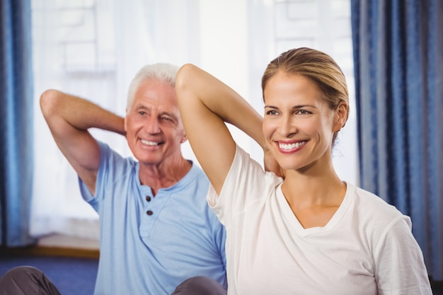 Instruktor fitness i senior robi ćwiczenia