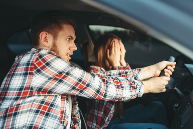 Instruktor jazdy pomaga kierowcy uniknąć wypadku