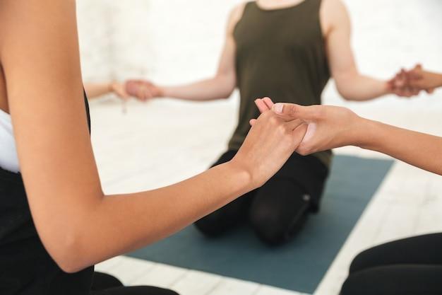 Instruktor jogi mężczyzna siedzi w kręgu