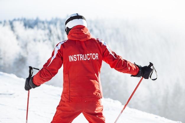 Instruktor narciarstwa szkoli ludzi