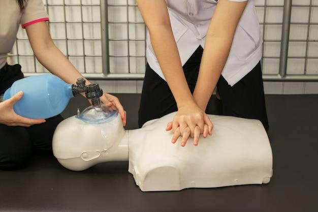 Instruktor pierwszej pomocy pokazujący technikę resuscytacji cpr