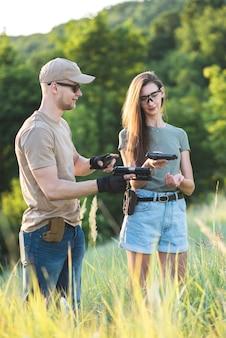 Instruktor strzelectwa uczy odstępcy posługiwania się bronią