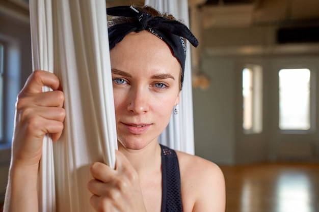 Instruktor z bliska portret jogi z lotu ptaka. modniś dziewczyna z ekspresyjnym spojrzeniem trenera joga pozuje dla kamery