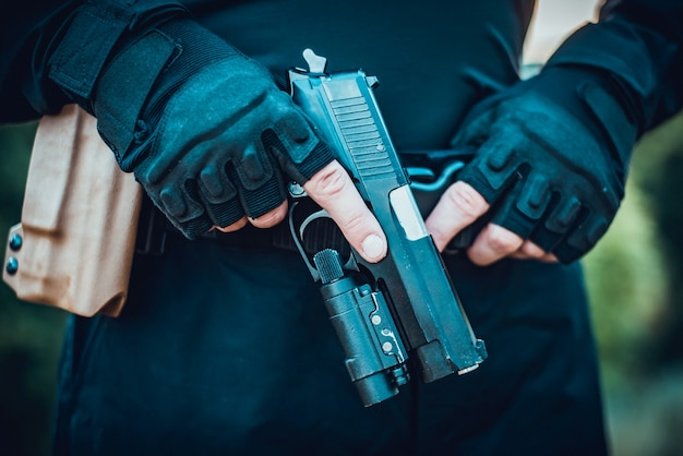 Instruktor z bronią w rękach