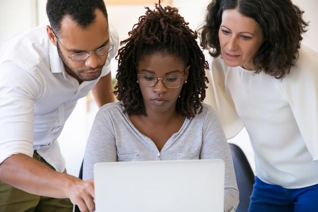Instruktorzy wyjaśniający specyfikę oprogramowania korporacyjnego