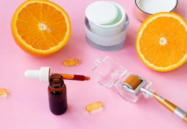 Instrument kosmetyczny do mikrodermabrazji. tło otwartej twarzy serum rozlane z pipety.