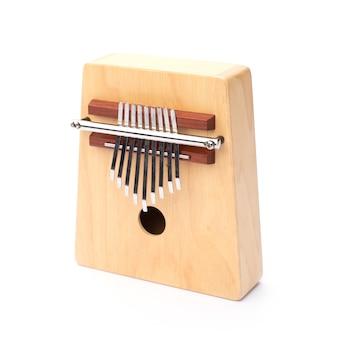 Instrument muzyczny kultury afrykańskiej na białym tle, drewno tradycyjne do gry kalimba, które wydaje dźwięk z afryki, etniczna perkusja kciuka, akustyczna melodia ludowa z ręcznie drewnianego stylu