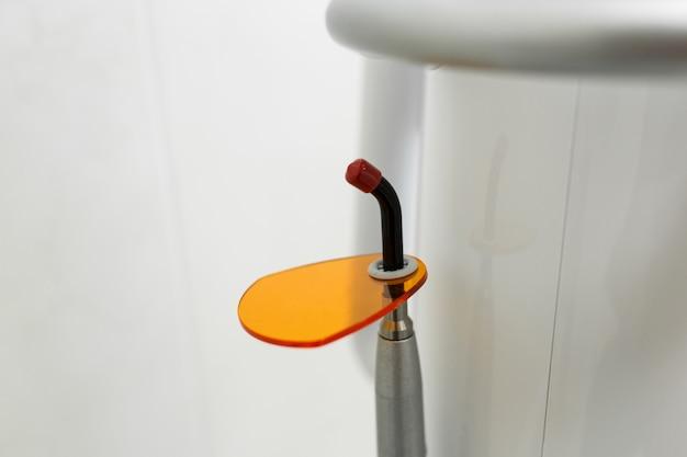 Instrument stomatologiczny w klinice dentystycznej. tło dentystyczne: praca w klinice (operacja, wymiana zębów)