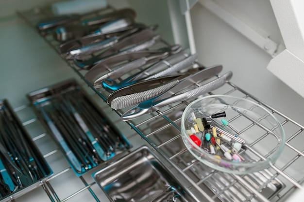 Instrumenty dentystyczne do dezynfekcji. pojęcie właściwego leczenia.