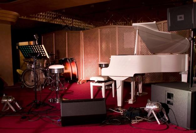 Instrumenty muzyczne na scenie restauracji