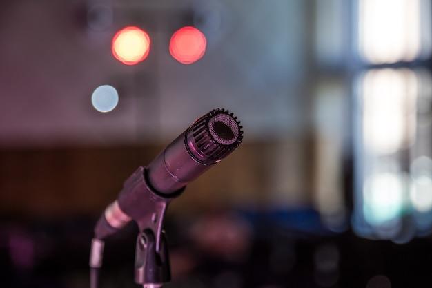 Instrumenty muzyczne, statyw mikrofonowy, tłocloseupconcept instrumenty muzyczne