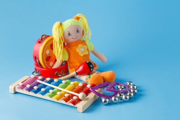 Instrumenty muzyczne z lalką