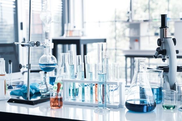 Instrumenty naukowe w sali laboratoryjnej. koncepcja badań naukowych.