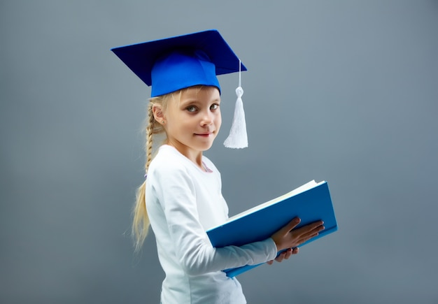 Inteligentna dziewczyna czytanie stojąca