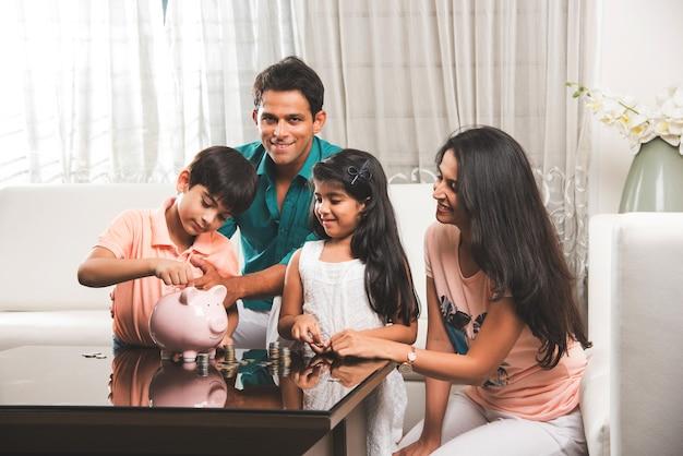 Inteligentna indyjska para azjatycka uczy, jak ważne jest oszczędzanie dzieci w domu za pomocą skarbonki
