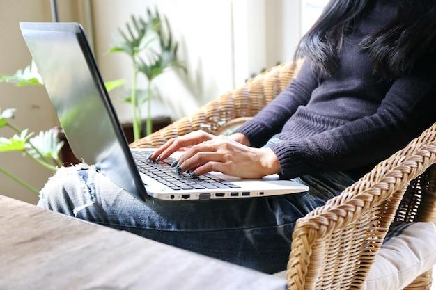 Inteligentna młoda bizneswoman załoga pracująca z nowym projektem startowym w nowoczesnym biurze na poddaszu.
