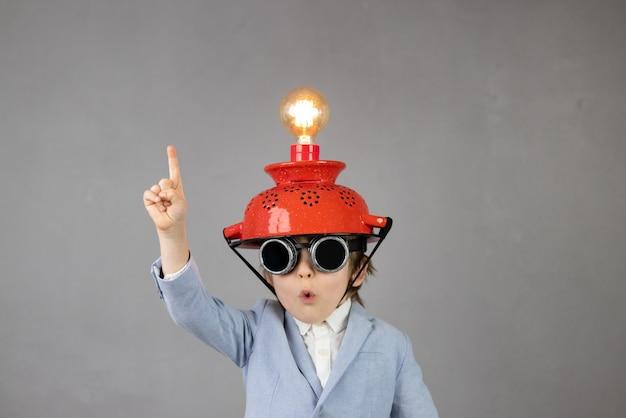 Inteligentne dziecko udaje biznesmenów
