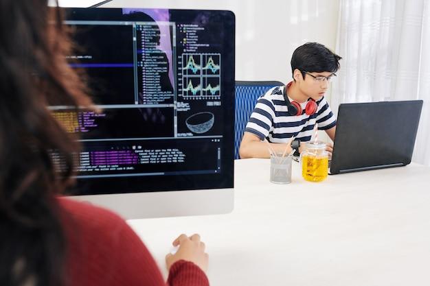 Inteligentne kreatywne nastolatki pracujące w biurze