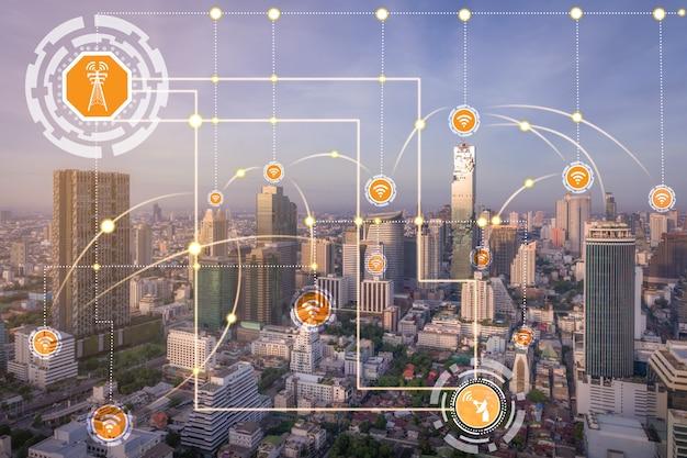 Inteligentne panoramę miasta z ikonami sieci komunikacji bezprzewodowej. pojęcie internetu rzeczy iot.