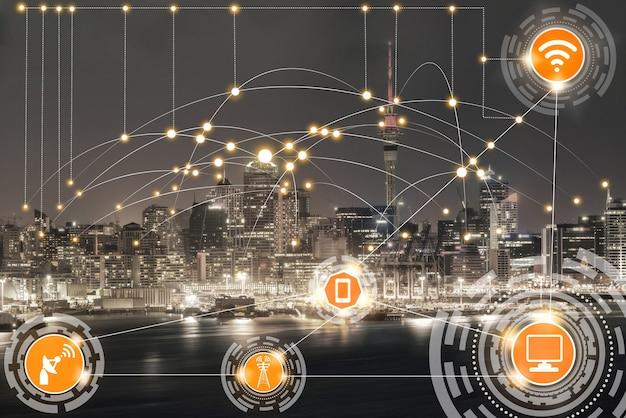 Inteligentne panoramę miasta z ikonami sieci komunikacji bezprzewodowej