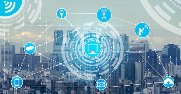 Inteligentne panoramę miasta z tłem ikony sieci komunikacji bezprzewodowej