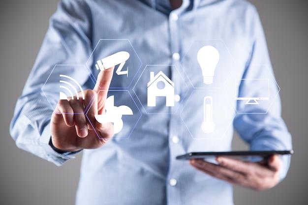 Inteligentne sterowanie domem za pomocą tabletu, technologia inteligentnego domu.