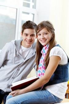 Inteligentne uczniowie razem w klasie