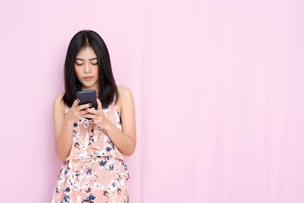 Inteligentny biznes i koncepcja technologii. piękna kobieta sprawdza emaila na wiszącej ozdobie